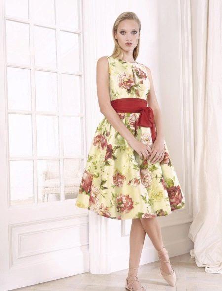 Įrengta retro suknelė