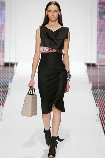 Vestido preto em linha reta