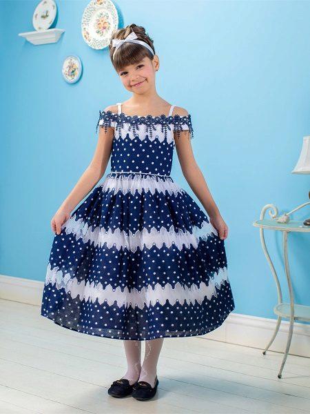 Vestido elegante para a menina em ervilhas
