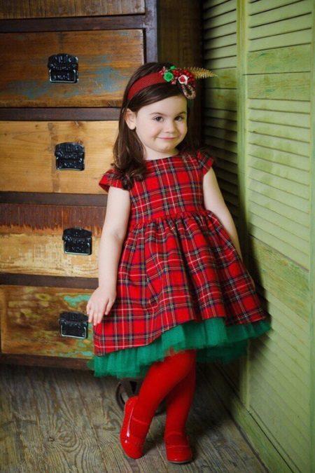 Vestido elegante para a menina em uma gaiola