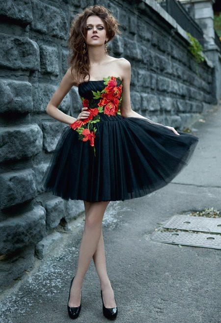 Lindo vestido preto com flores vermelhas para um adolescente