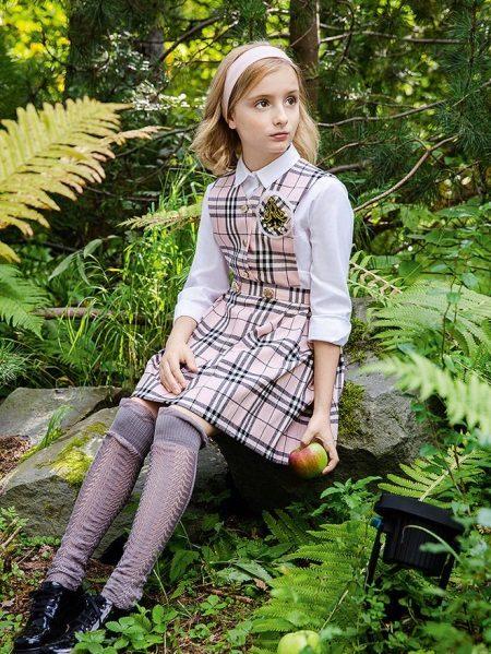 Vestido para o adolescente para a escola em uma gaiola