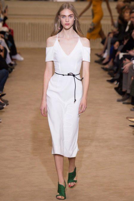 Beyaz elbise yeşil ayakkabı