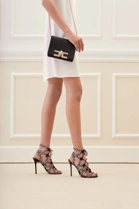Beyaz bir elbise zincirinde çanta
