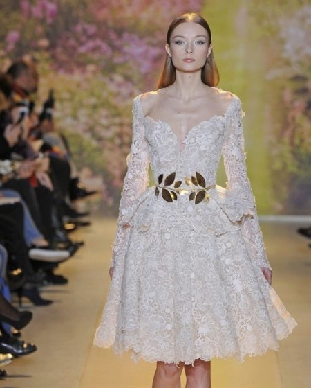 Beyaz dantel elbise altın kemer
