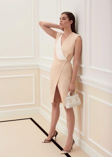 Bej elbiseye beyaz çanta