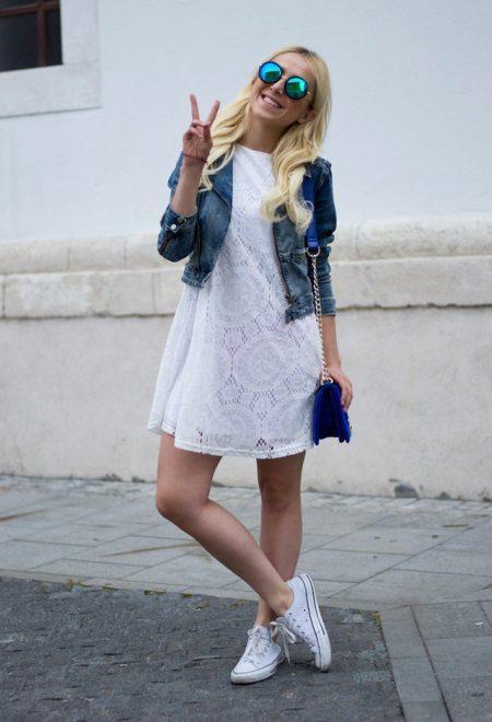 Vestido de renda branca com jaqueta jeans