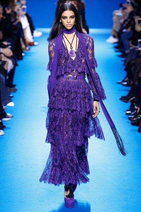 Vestido de renda lilás com acessórios tonais