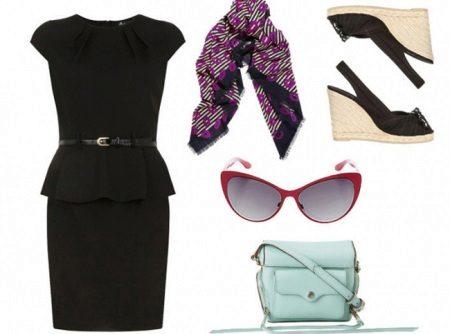Tarvikkeet mustalle mekkoille