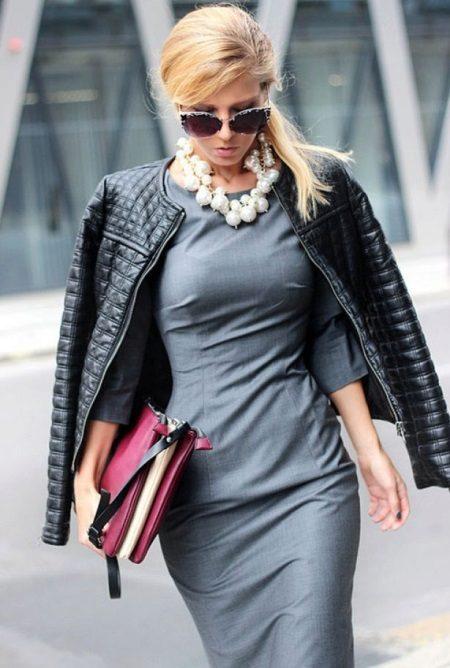Joalheria e outerwear para o vestido cinza