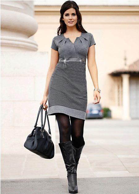 Meias pretas para um vestido cinza
