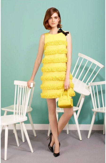 Sarı elbise trapez siyah ayakkabı