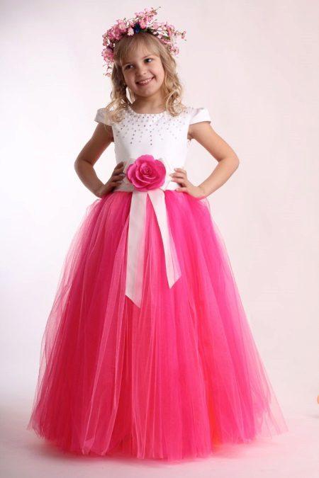 vestido de baile no jardim de infância a-silhueta