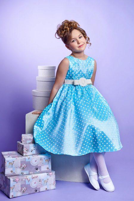 Vestido de ano novo para a menina em estilo retro