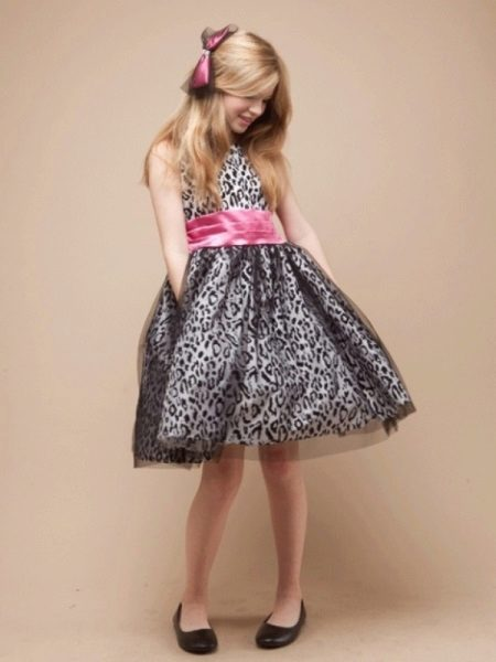 Vestido de ano novo para a garota retrô com um cinto de contraste