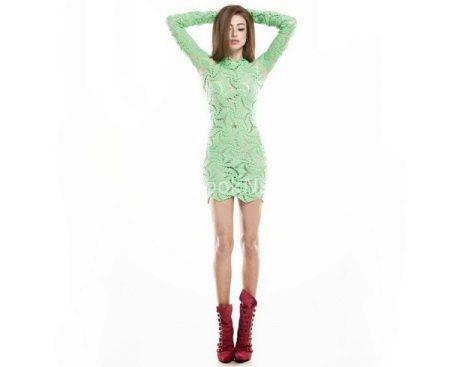Vaaleanvihreä mekko, jossa tummat vaaleanpunaiset saappaat