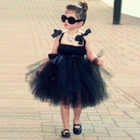 Chique vestido pequeno tutu para uma menina