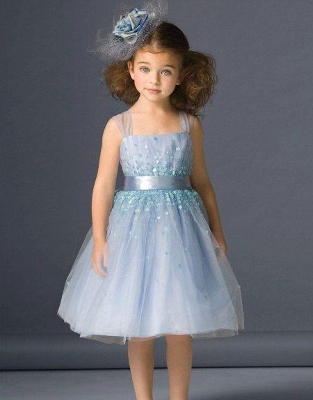 Moldura para um lindo vestido exuberante para uma menina