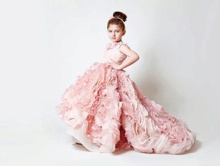 Vestido de baile elegante para a menina com um trem